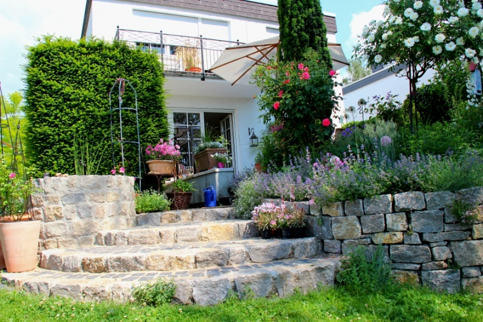 Neubau mauer naturstein vs pflanzsteine thomas for Gartengestaltung neubau